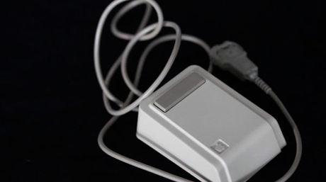 Encuentran un antiguo mouse de Steve Jobs dentro de una cápsula del tiempo de 1983